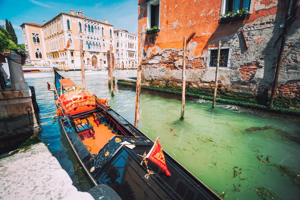 с лодка по каналите на Венеция